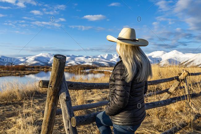 USA, Idaho, Sun Valley, Senior woman in cowboy hat looking at view