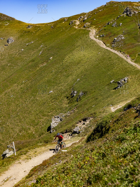 Mountain bikers on the single trail GR 400 below the Plomb du Cantal towards L'Arpon du Diable. Monts du Cantal, Massif Central, Saint-Jacques-des-Blats, Cantal France