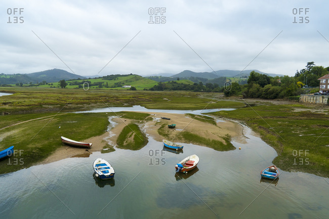 Spain, north coast, Cantabria, San Vicente de la Barquera, Rio Escudo at low tide, boats