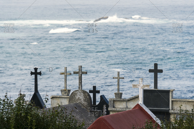 Spain, north coast, Galicia, Costa da Morte, Praia dos Cristais, Cementerio de Laxe, cemetery, grave sites with crosses