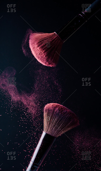 Make-up brush with powder explosion