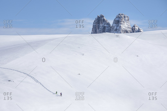 Trekkers descend from Mount Specie, in the background the Tre Cime di Lavaredo peak, Prato Piazza, Braies, Trentino Alto Adige, Italy