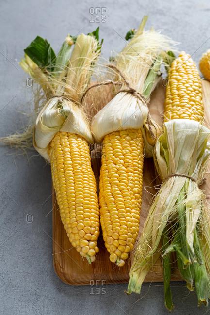Fresh corn on the cob on a cutting board
