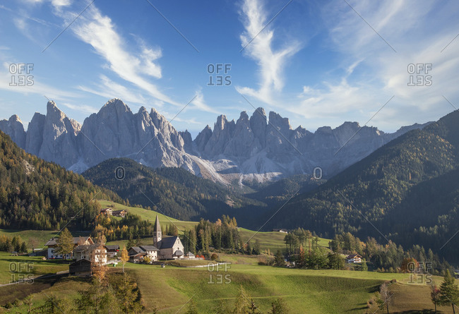 Italy, Santa Maddalena, Val di Funes (Funes Valley), Trentino-Alto Adige Region, Mountain range overlooking green valley