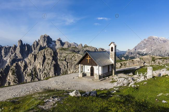 Little Alpine Chapel in front of Cadini di Misurina (Cadini Group) and Monte Cristallo (3221 m), UNESCO World Heritage, Dolomites, Alps, Alto Aldige, Tentino, South Tyrol, Italy