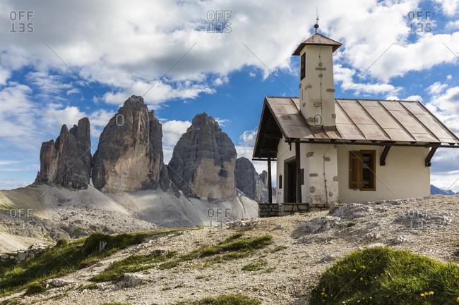 Little Alpine Chapel in front of the Drei Zinnen (Tre Cime di Lavaredo), UNESCO World Heritage, Dolomites, Alps, Alto Aldige, Tentino, South Tyrol, Italy