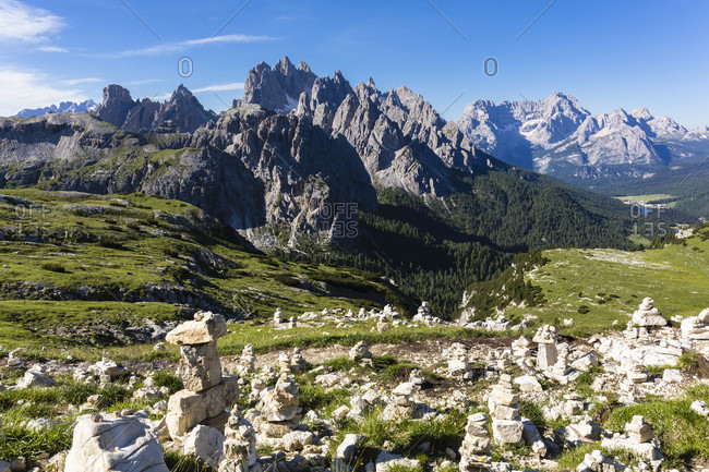 Cluster of cairns by a trail in front of the Cadini di Misurina (Cadini Group) and part of Mount Sorapis, UNESCO World Heritage, Dolomites, Alps, Alto Aldige, Tentino, South Tyrol, Italy