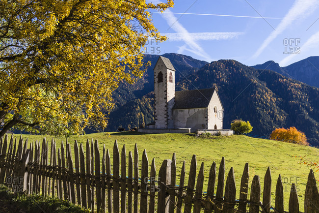St. Jakob Church on a meadow in front of The Odles or Geislerspitzen, Puez-Odle Natural Park, St. Jakob, Villnoess Valley, Val di Funes, Bozen Province, Alto Adige, Tentino, South Tyrol, Italy