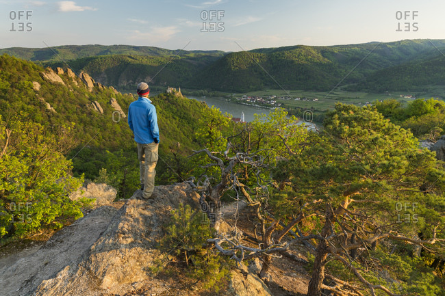 Hikers, Wachau, view towards Durnstein, Danube, Lower Austria, Austria