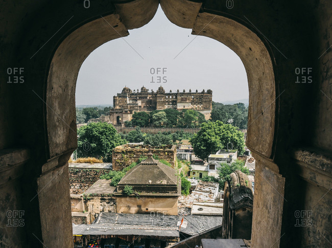 Jehangir mahal (orchha fort) in orchha, madhya pradesh, india. view through an arch