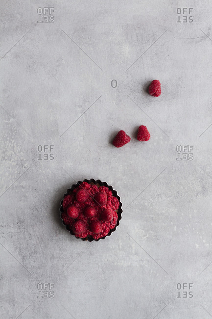Top view of palatable pie with raspberry arranged on table