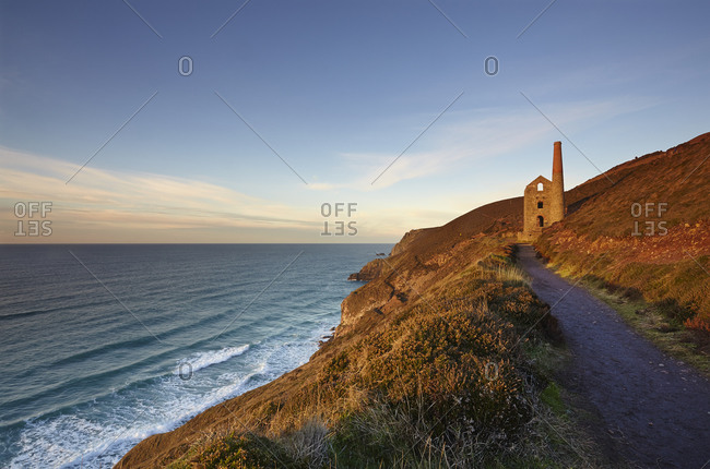 Evening sunlight on the ruins of a tin mine, on the Atlantic coast of Cornwall, Wheal Coates mine, UNESCO World Heritage Site, near St. Agnes, Cornwall, England, United Kingdom, Europe