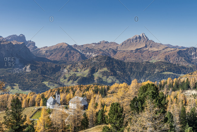 Hochabtei, Alta Badia, Bolzano province, South Tyrol, Italy, Europe. The Heilig Kreuz refuge hospice and the pilgrimage church of Heilig Kreuz. In the background the Odle and the Peitlerkofel