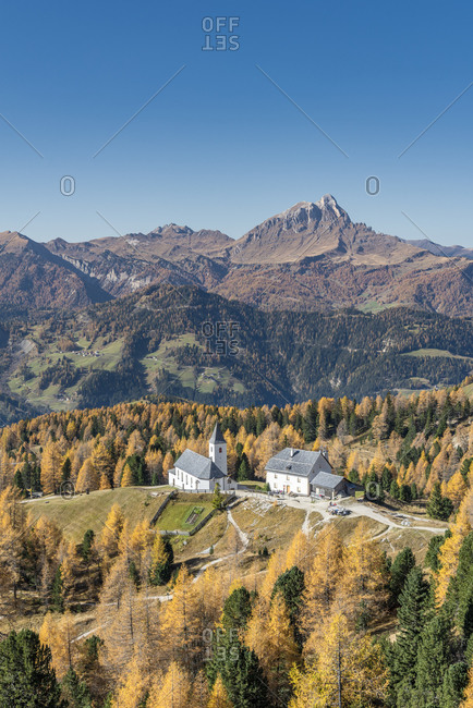 Hochabtei, Alta Badia, Bolzano province, South Tyrol, Italy, Europe. The Heilig Kreuz refuge hospice and the pilgrimage church of Heilig Kreuz. In the background the Peitlerkofel