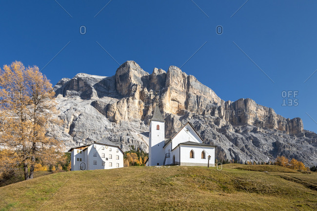Hochabtei, Alta Badia, Bolzano province, South Tyrol, Italy, Europe. The shelter Heilig Kreuz Hospiz and the pilgrimage church of Heilig Kreuz and the rock faces of the mighty Kreuzkofel