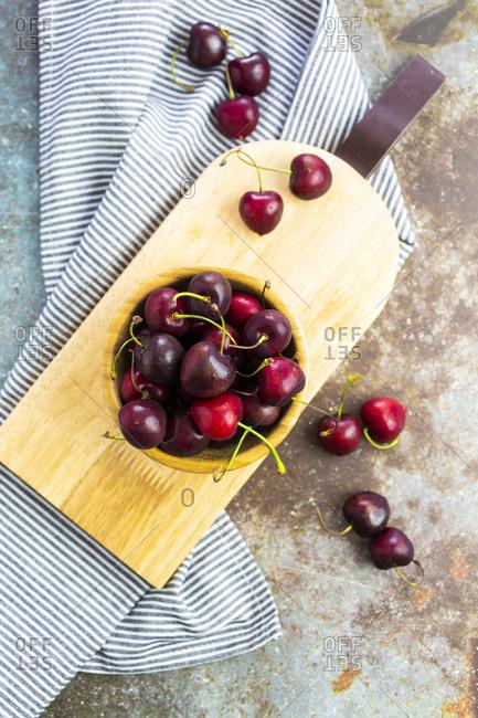 Cherries in wooden bowl - Offset