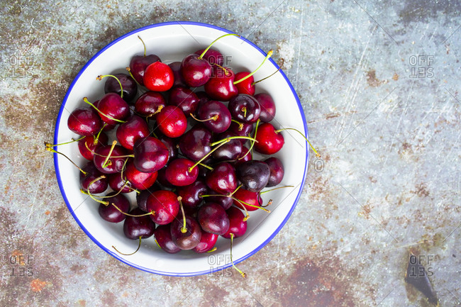 Cherries in enamel bowl - Offset