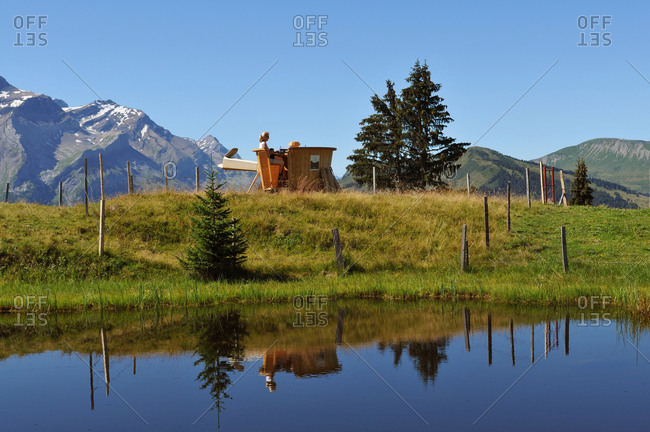 Switzerland, Berne canton, Hight-Simmental region, Pastures on Wispile, backpacker fondue in a special pot called the 'caquelon', view on a Swiss chalet