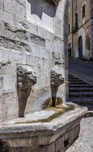 Spain, Catalonia, Girona, fountain with two lion heads on the rampart of the Girona cathedral