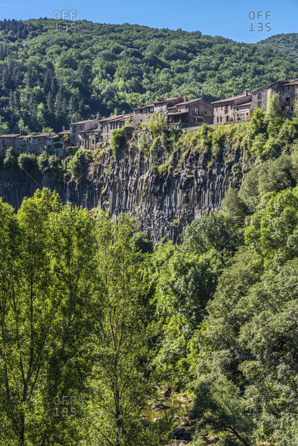 Spain, Catalonia, Garrotxa Volcanic Zone Natural Park, Castellfollit de la Roca, church and houses on the basaltic cliff