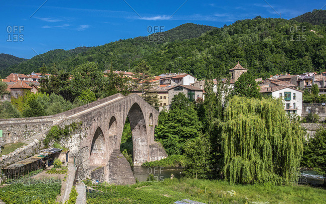 Spain, Catalonia, comarque of Ripolles, Sant Joan de les Abadesses, gothic-style old bridge over the Ter river