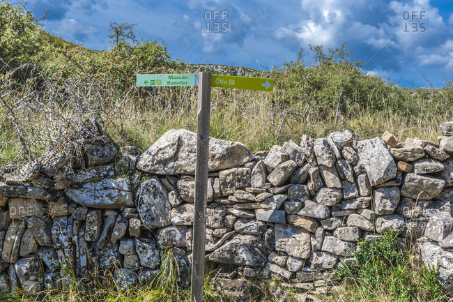 Spain, autonomous community of Aragon, Sierra y Canons de Guara natural park, plateau of the Mascun Canyon, signpost on th pathway indicating the abandonned village of Otin