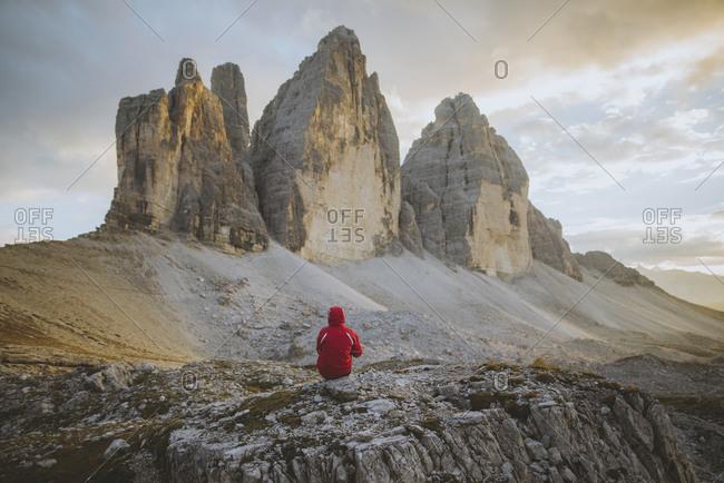 Italy, South Tirol, Sexten Dolomites, Tre Cime di Lavaredo, Man looking at rock formations