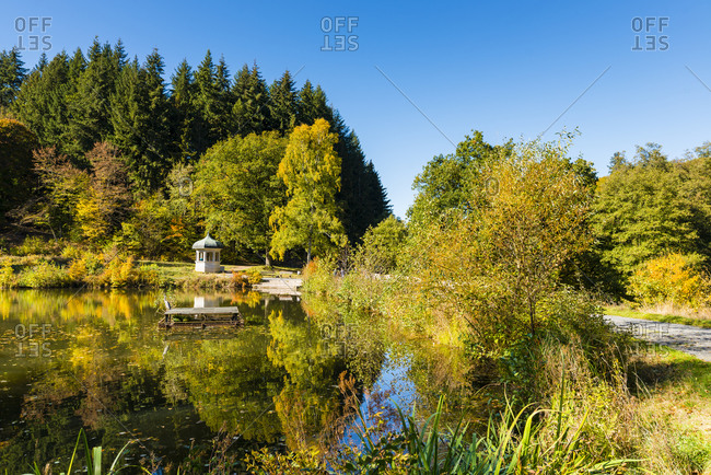 Jahn-Tempel am Waldsee in the spa gardens of Bad Schwalbach, Taunus, colorful autumn colors on the Waldsee,
