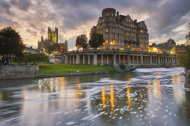 A dusk view along the River Avon, with Bath Abbey, in the heart of Bath, UNESCO World Heritage Site, Somerset, England, United Kingdom, Europe