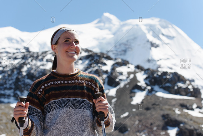 Young woman in mountains, Ausangate, Willkanuta mountain range, Andes, Peru