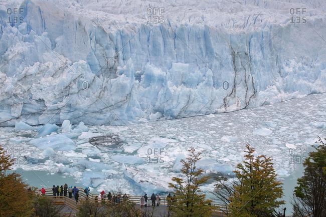Distant view of tourists in front of Perito Moreno Glacier, Los Glaciares National Park, Argentina