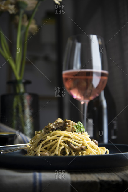 Italian spaghetti with chicken, mushrooms, parsley and parmesan served with rose wine