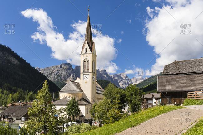 Parish church of Campill in front of Puez Mountain Group, Campill, Longiaru Valley, Val Badia, Bolzano district, South Tyrol, Alto Adige, Dolomites, Trentino-Alto Adige   Italy