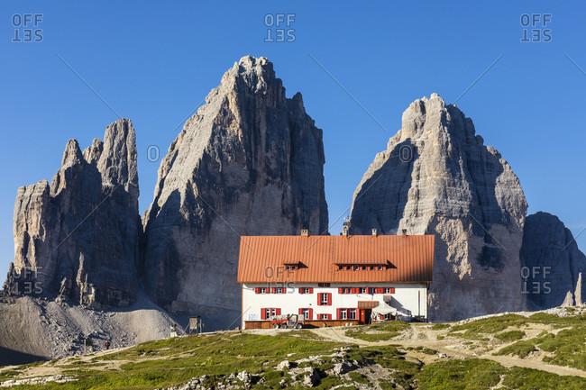 Rifugio Tre Cime di Lavaredo-A. Locatelli (Dreizinnenhütte) in front of the Tre Cime di Lavaredo, Drei Zinnen (2999m), Dolomiti di Sesto Natural Park, Alta Pusteria, Bolzano district, South Tyrol, Alps, Dolomites, Trentino-Alto Adige, Italy