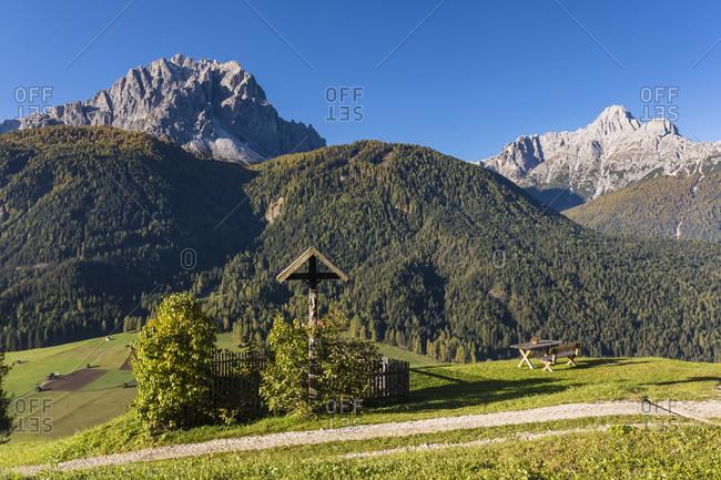 Wayside cross in front of Dreischusterspitze (3145m) and Mount Haunold (2966m), Sexten Dolomites (Dolomiti di Sesto), Sexten, Bolzano district, South Tyrol, TrentinoAlto Adige, Italy