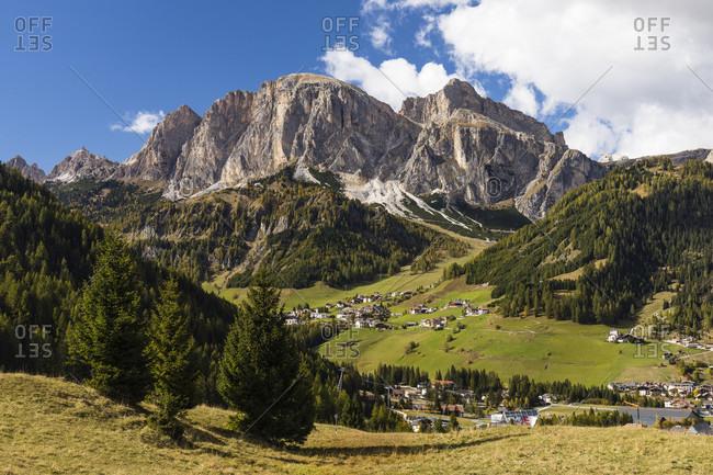 View towards Kolfuschg (Colfosco) near Corvara beneath the Puez Group, Corvara in Badia, Val Badia, TrentinoAlto Adige, South Tyrol, Dolomites, Italy