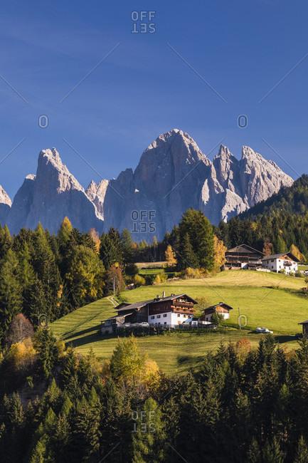 View towards farm buildings and Gruppo delle Odle (Geislerspitzen) (3025m), St. Peter in Villon's, Funes (Villon's), Puez Odle Natural Park (Puez-Geisler Nature Park), Bolzano (Bozen) District, Trentino-Alto Adige, Italy