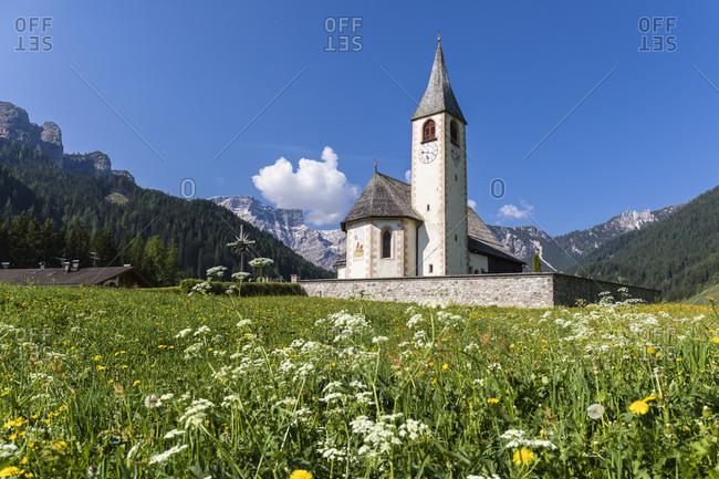 St. Vito Church in front of Croda del Becco or Seekofel (2810 m), Pragser Dolomiten, Veit, Bolzano district, Trentino, South Tyrol, Alto Adige, Alps, Dolomites, Italy