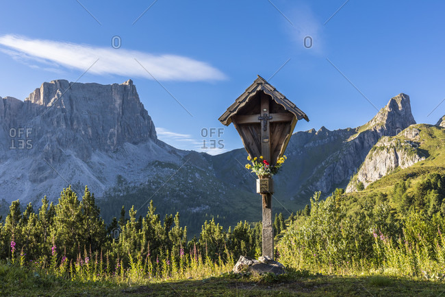 Memorial cross in front of a part of Monte Formin (2657m), Cortina d'Ampezzo, Cadore, Belluno district, Dolomites, Veneto, Italy