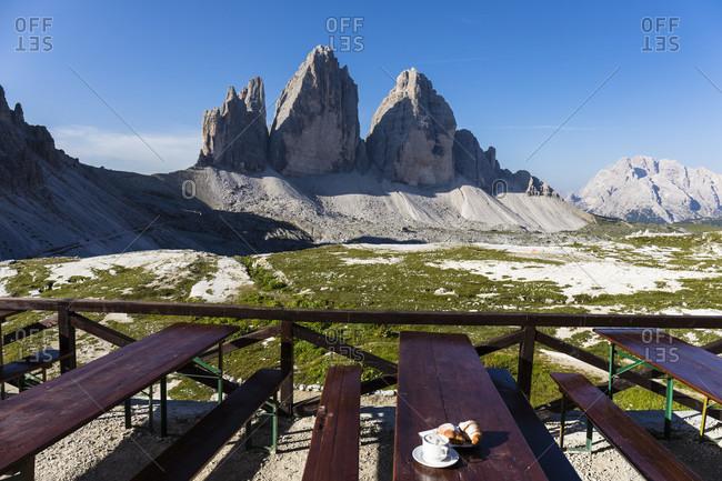 Tre Cime di LavaredoDrei Zinnen (2999m) seen from Rifugio Tre Cime di Lavaredo A. Locatelli (Dreizinnenhütte), Naturpark Sexter Dolomiten, Alps, Dolomites, Hochpustertal, Veneto, Province Belluno, Italy