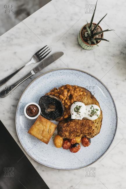 Full English breakfast on restaurant table