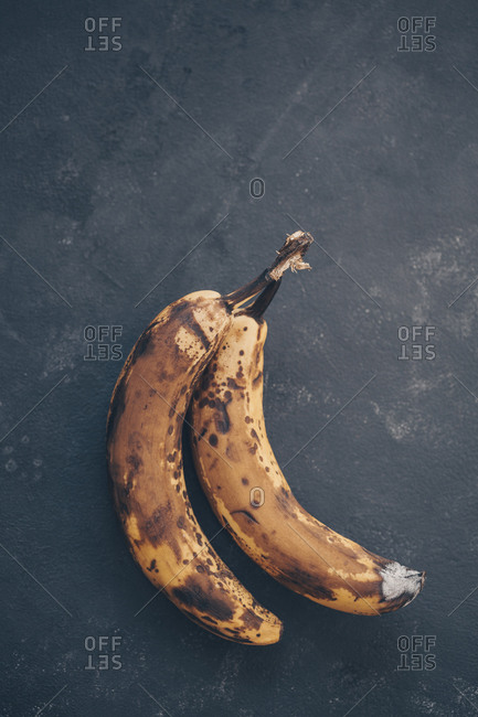 Closeup of bunches of bananas placed on napkin
