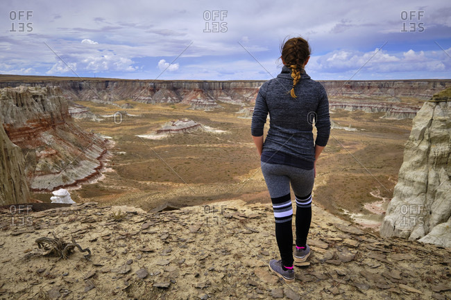 USA, United States of America, Arizona, Utah, Coal Mine Canyon, Tuba City, Coal Mine Mesa, woman standing at Moenkopi Plateau,