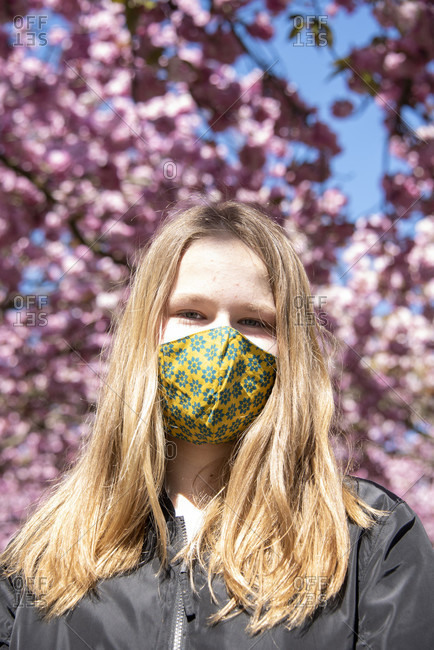 Schoolgirl, mask to protect against corona, Japanese cherry blossoms.