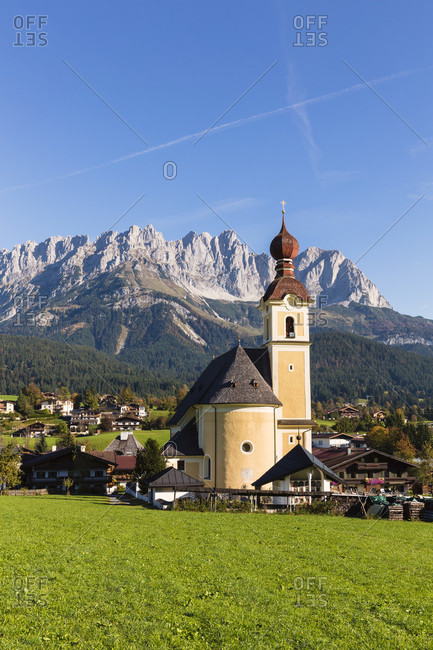 Parish church and village of going in front of the mountain range 'wilder kaiser', autumn