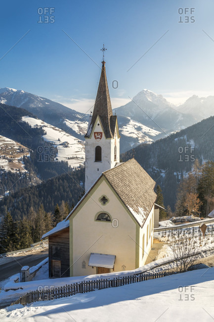 The parish churc of rina di marebbewelschellen, municipality of marebbe / enneberg, bolzano, alto adige, südtirol, italy
