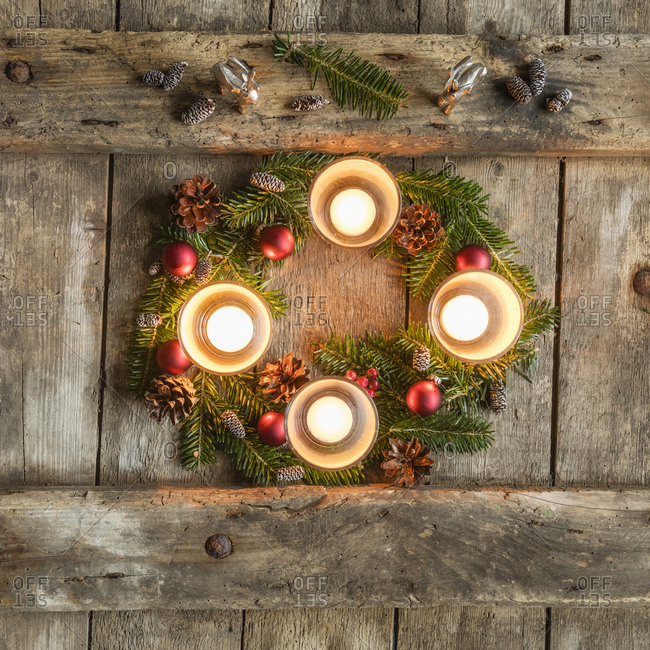 Four candles burning on Advent wreath