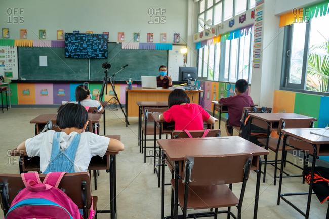 Elementary school wear mask to protect corona virus