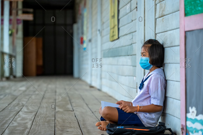 Elementary school students wearing disease prevention masks