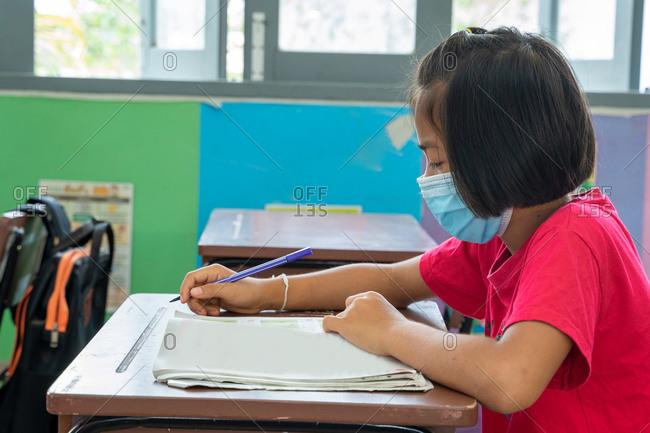 Asian elementary school student wears mask